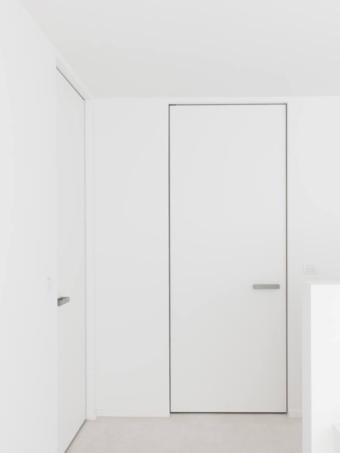 Двері прихованого монтажу фарбовані